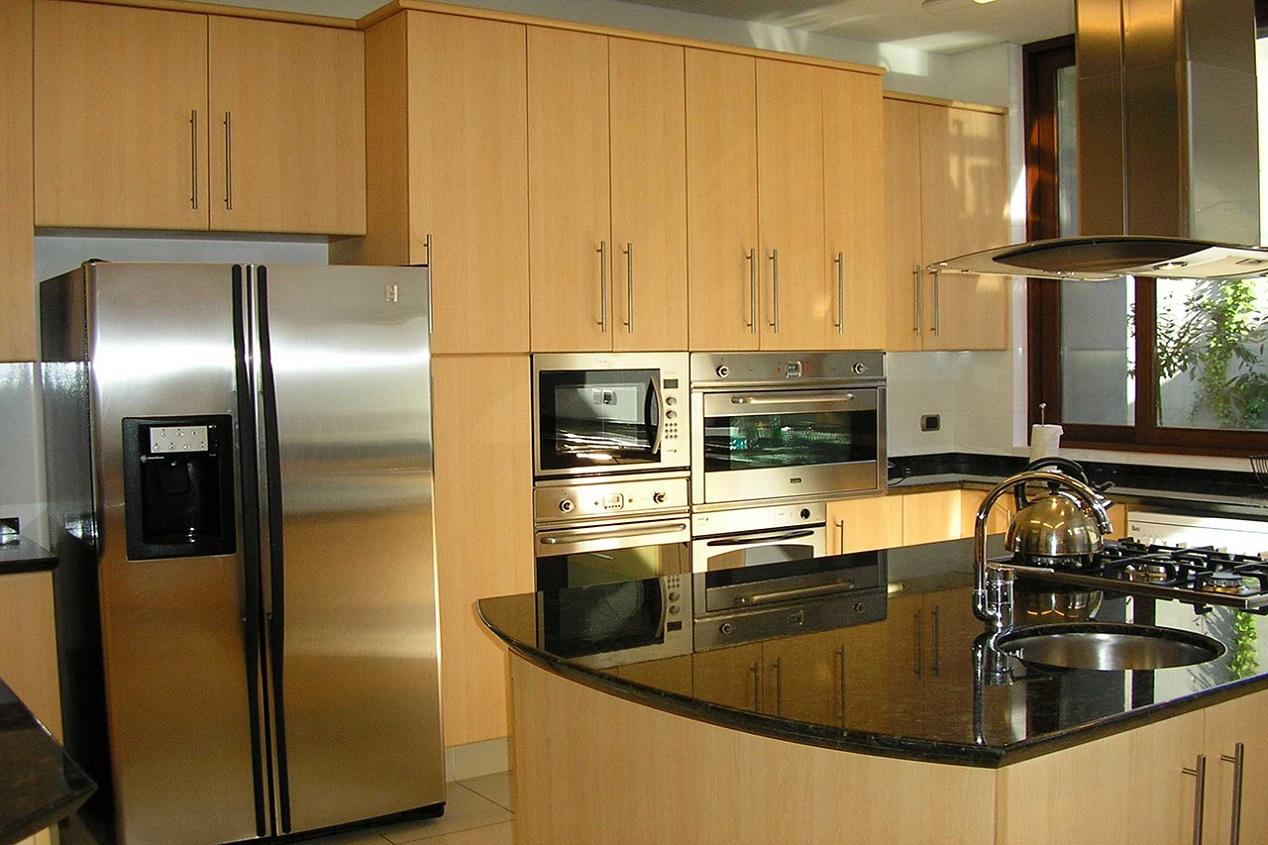 Muebles de cocina cubierta granito puertas postformado for Muebles de cocina hipercosa