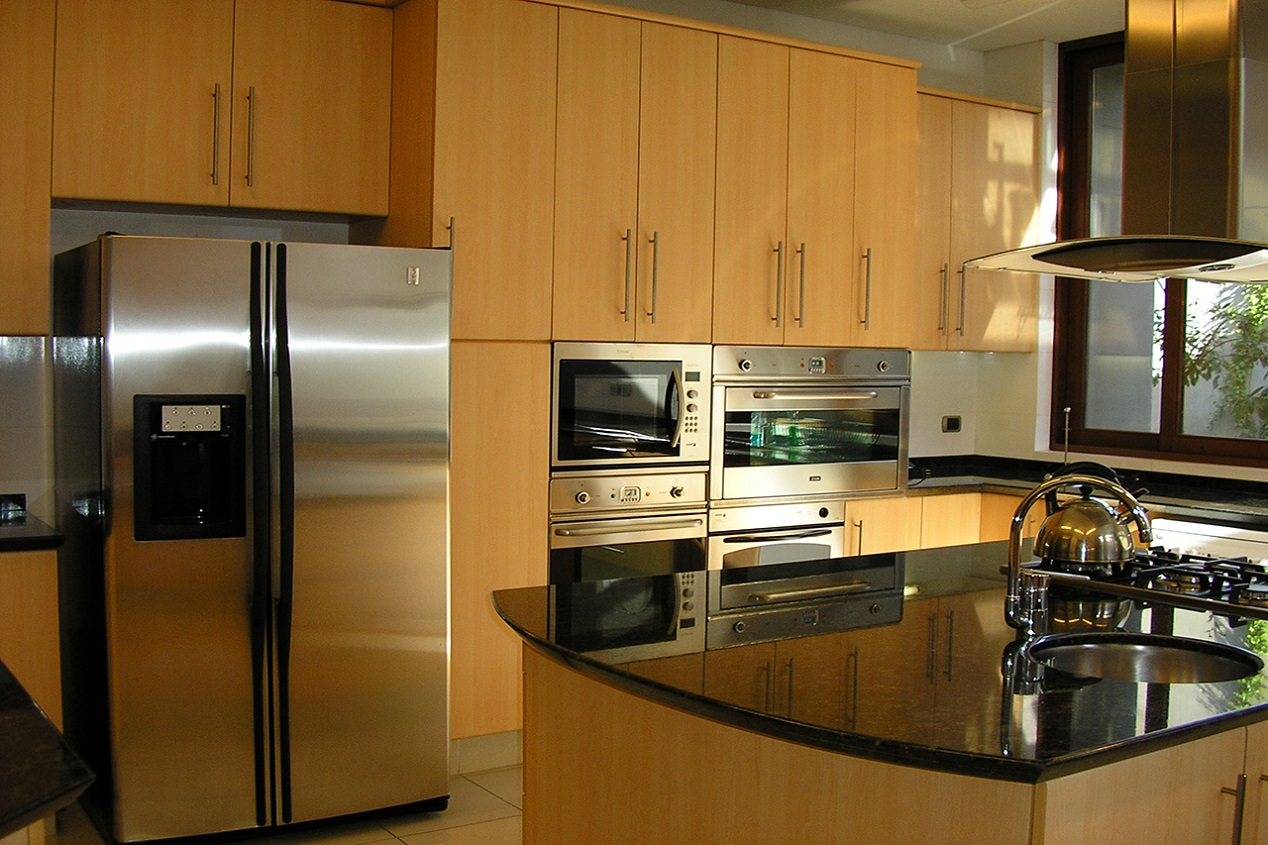 Muebles de cocina cubierta granito puertas postformado for Interior de muebles de cocina